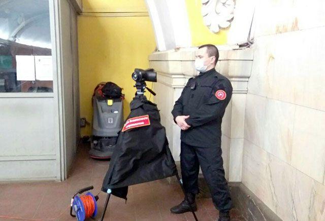 Оператор с тепловизором на штативе на станции «Комсомольская» московского метро, март 2020