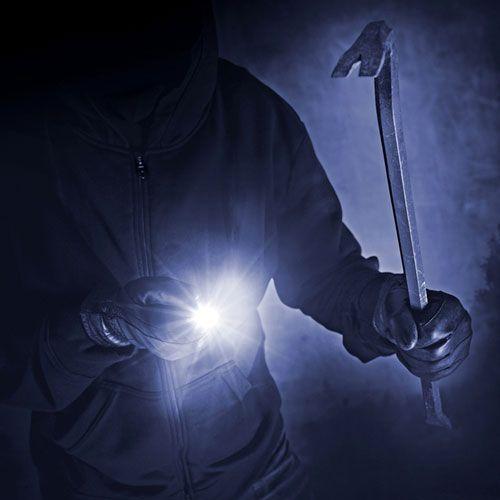 Поскольку для предотвращения ложных тревог нередко используются датчики освещённости, злоумышленники приспособились обманывать эти приборы при помощи карманного фонарика